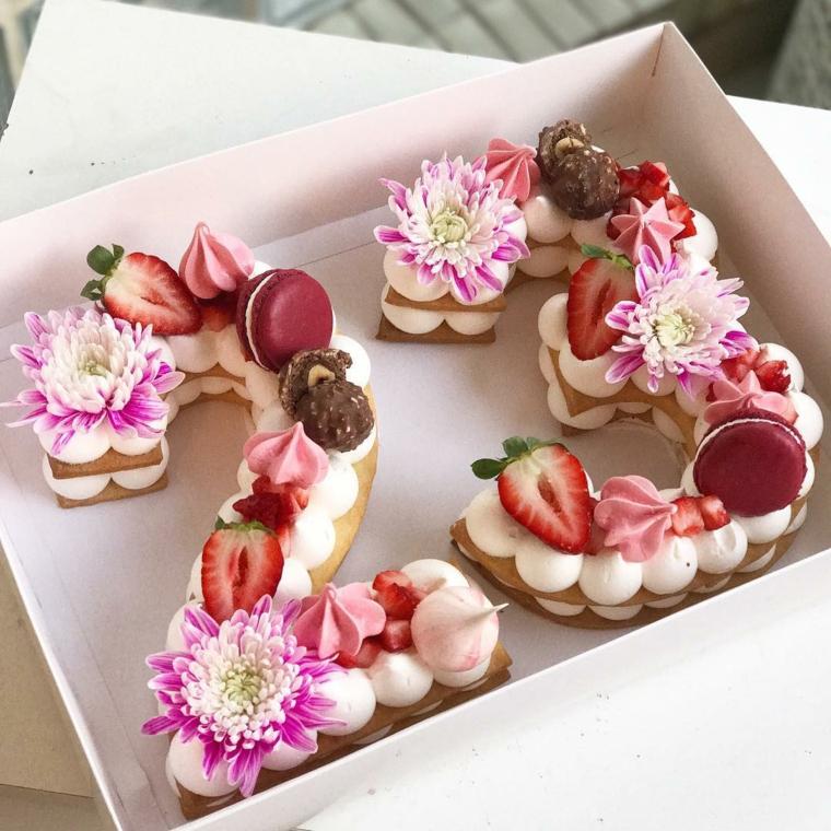 Torta ragazza 23 anni, torta con base di biscotto, decorazione con macaron e fiori