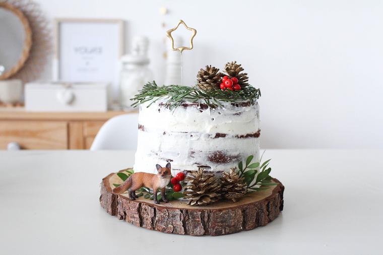 Torte di compleanno particolari, torta con rametti verdi, decorazioni con pigne