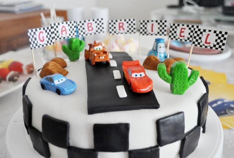 Torte di compleanno per bambini decorate, torta con pista macchine, decorazioni con personaggi Cars