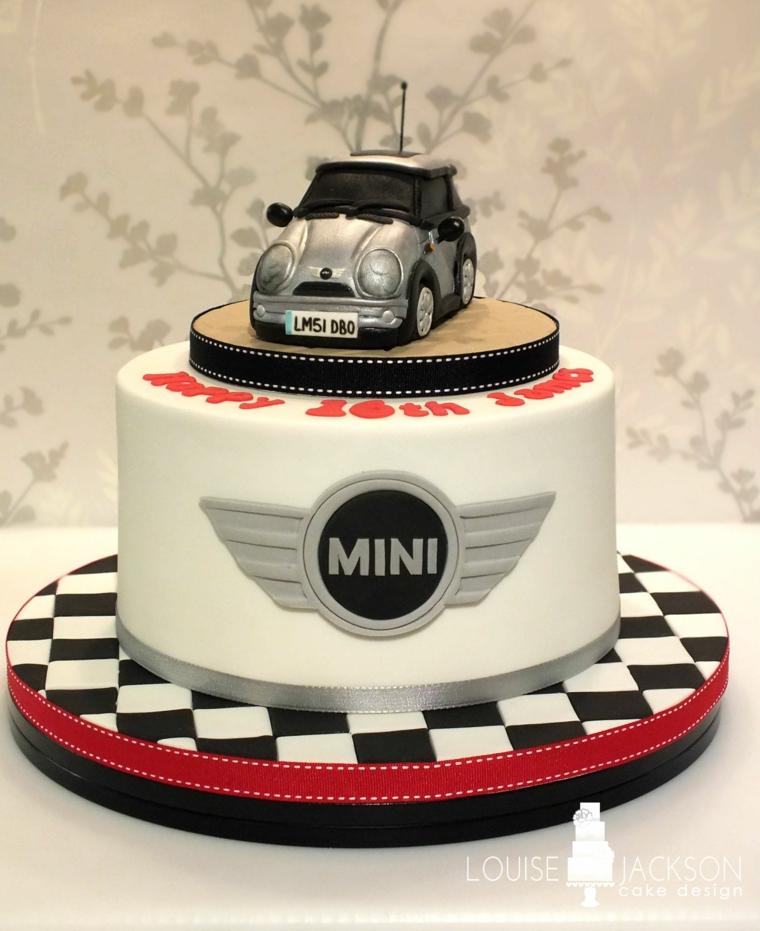Torta rotonda con pasta di zucchero bianca, decorazione torta con macchina, torta di compleanno uomo