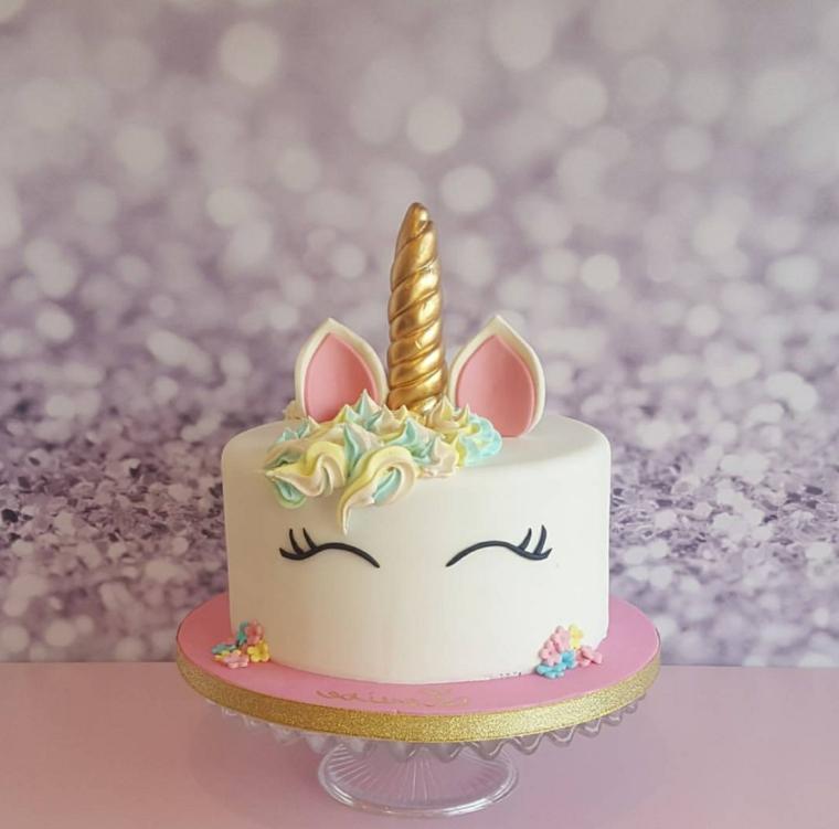 Torta compleanno bimba, decorazione torta unicorno, crema pasticcera bianca, corno colore oro