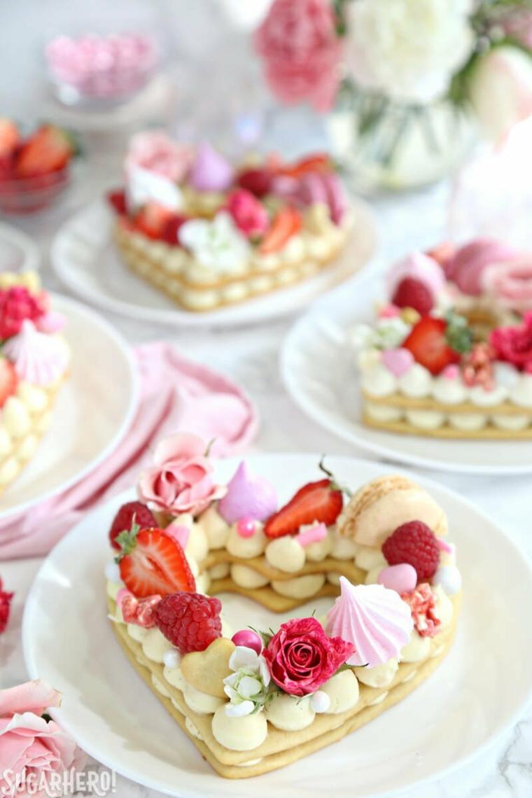 Decorazione torta con fragole, torta a forma di cuore, macaron e pezzettini di fragola