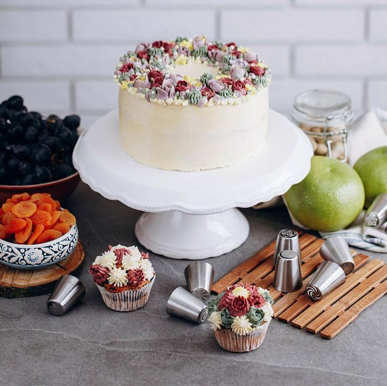 Immagini di torte bellissime, torta rotonda con crema bianca, decorazione torta con crema colorata