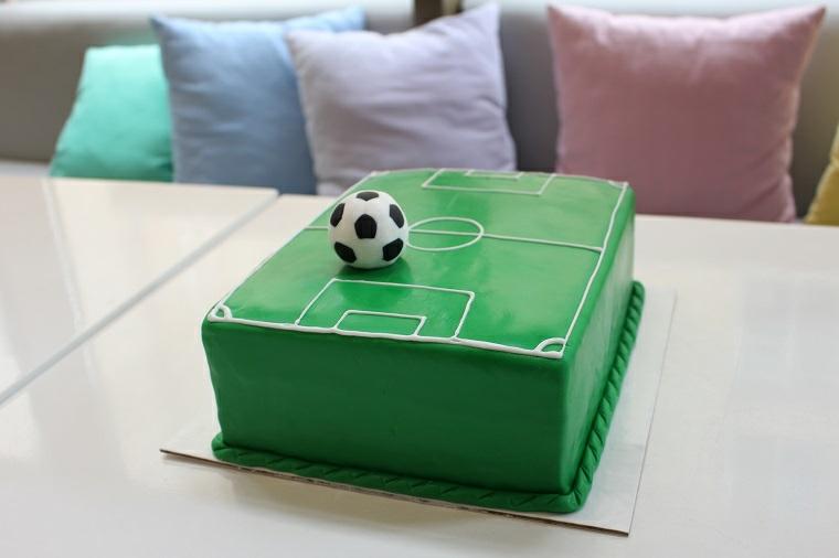 Torte di compleanno facili da fare in casa, torta campo da calcio, pallina da calcio con pasta di zucchero