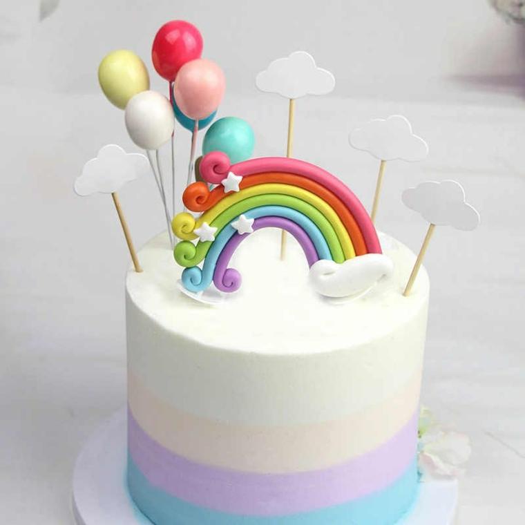 Torta a strati arcobaleno, topper con nuvole e palloncini, torte di compleanno particolari