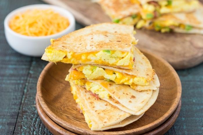 Antipasti freddi per buffet, tortillas con uova e verdure, brunch con piatti di legno