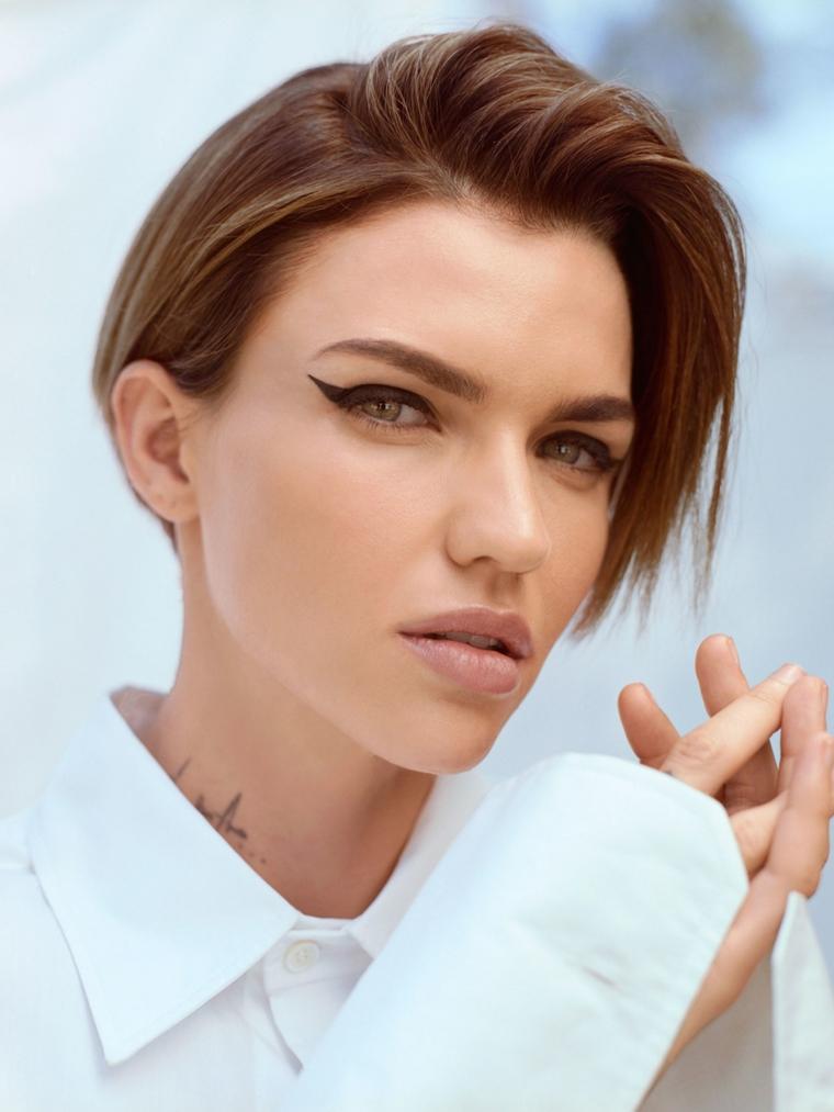 Tatuaggio sul collo, donna con camicia bianca, capelli di colore castano, capelli con riga centrale