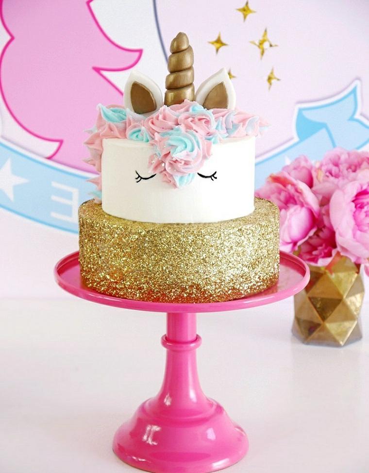 Torte di compleanno per bambini decorate, torta a due piani, decorazione con crema pasticcera colorata