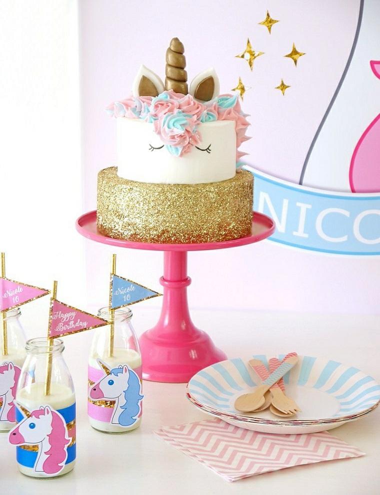 Torte di compleanno particolari, torta a due piani, cake design unicorno, bottiglie con latte