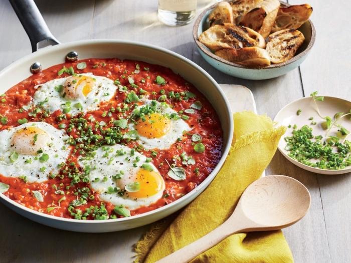 Uova alla contadina, uovo all'occhio di bue, uova al tegamino, salsa di pomodoro, piatti freddi estivi