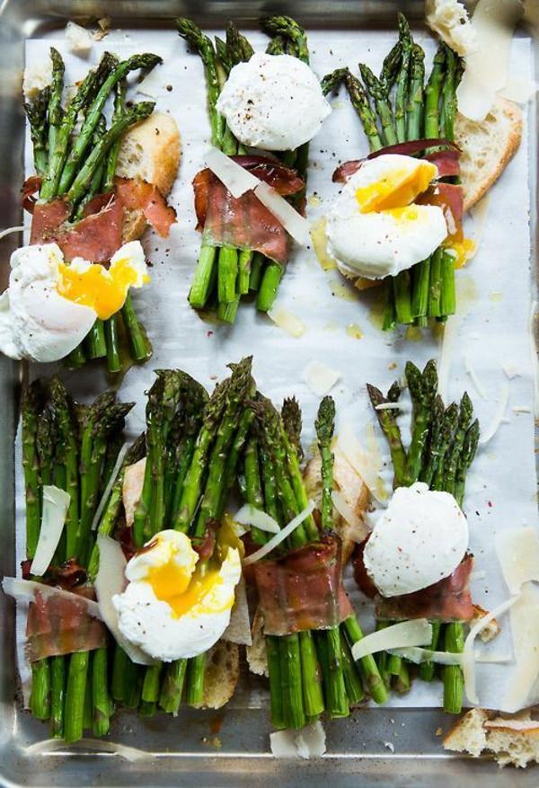 Antipasti semplici e veloci, asparagi avvolti in prosciutto, uova in camicia