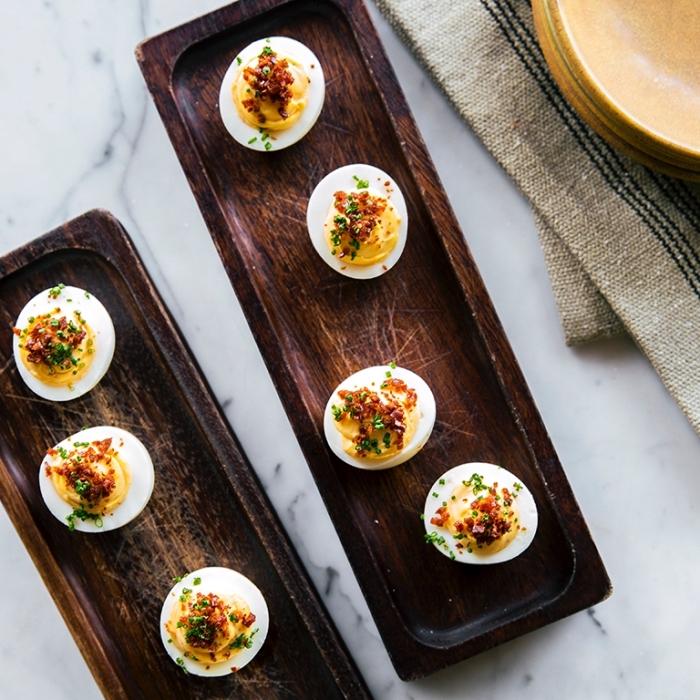 Uova ripiene con salsa gialla, erba cipollina sminuzzata, antipasti sfiziosi freddi veloci