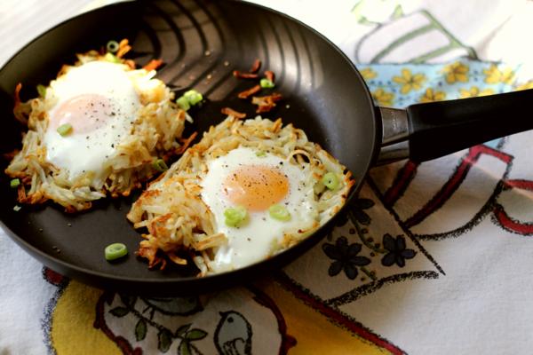 Due uova in camicia, tegame con verdure, tovaglia colorata, piatti freddi estivi