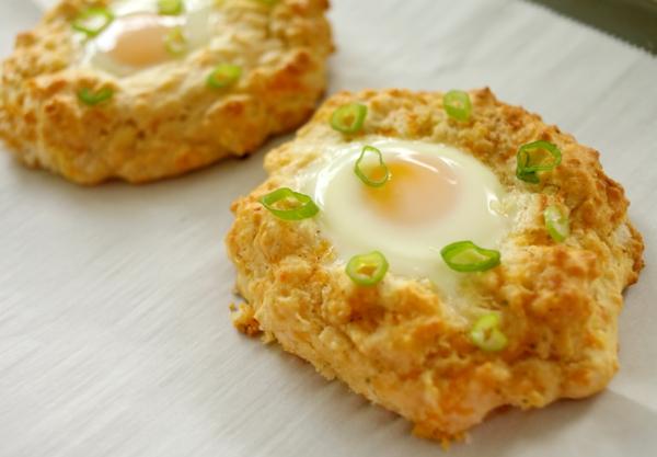 Cestini di pane con uovo, uovo in camicia, cibo per il brunch, cipolla verde sminuzzata