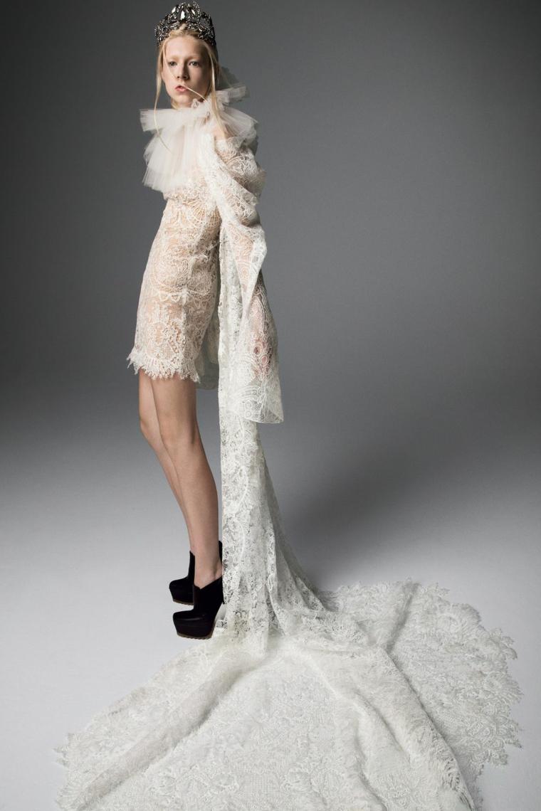 Abito sa sposa di Vera Wang, abiti da sposa in pizzo, donna con corona in testa, scarpe alte colore nero