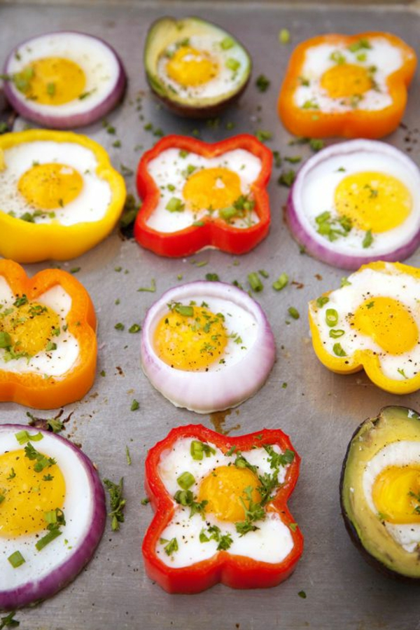 Uova al tegamino, formine con fette di peperoni, antipasti freddi per buffet