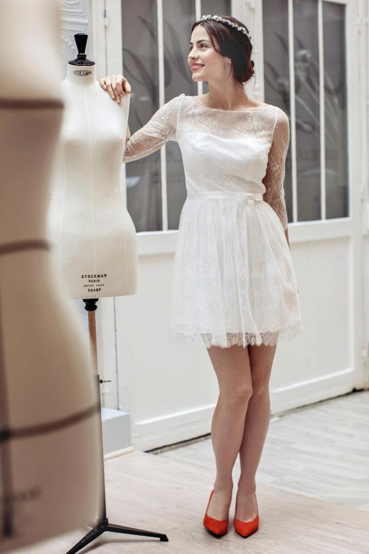 Donna con gonna in pizzo, abito in tulle bianco, cerchietto per sposa