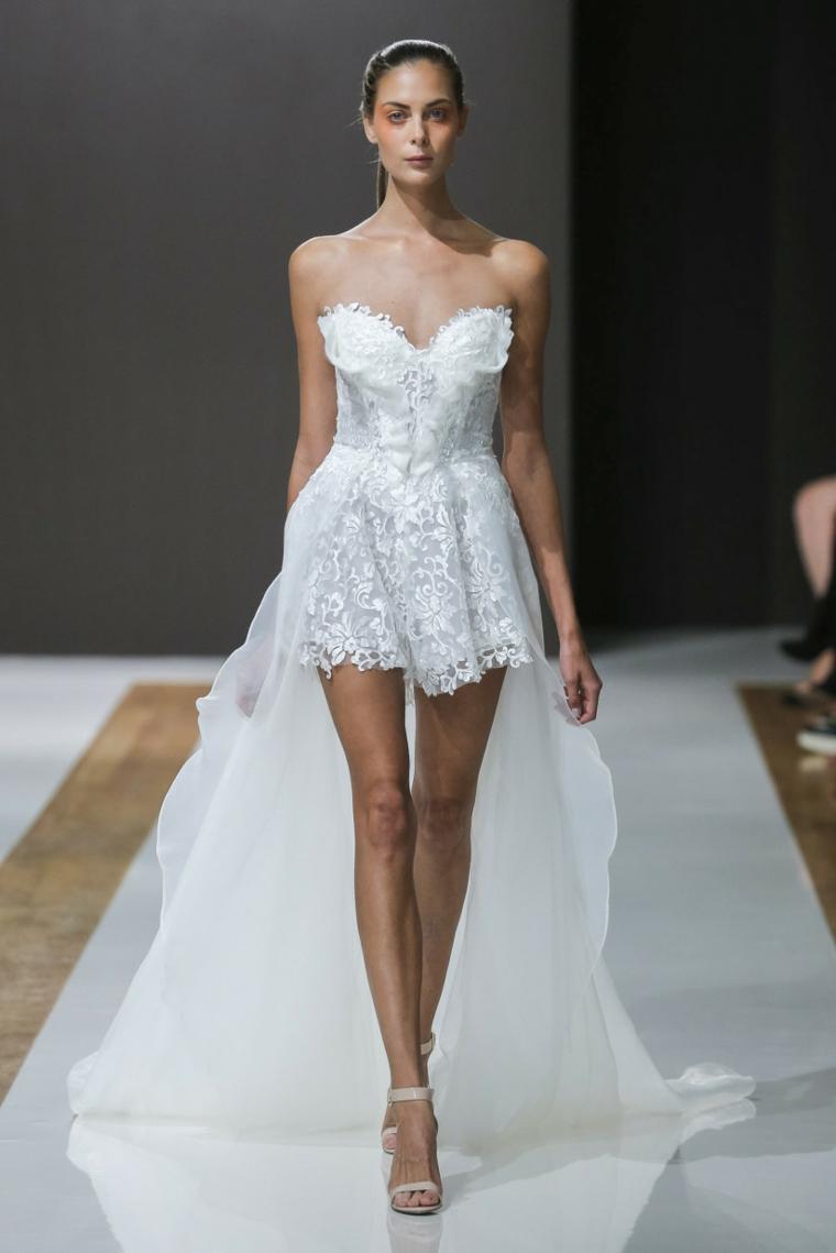 Abiti da sposa in pizzo, vestito matrimonio corto, abito con strascico, donna in passerella