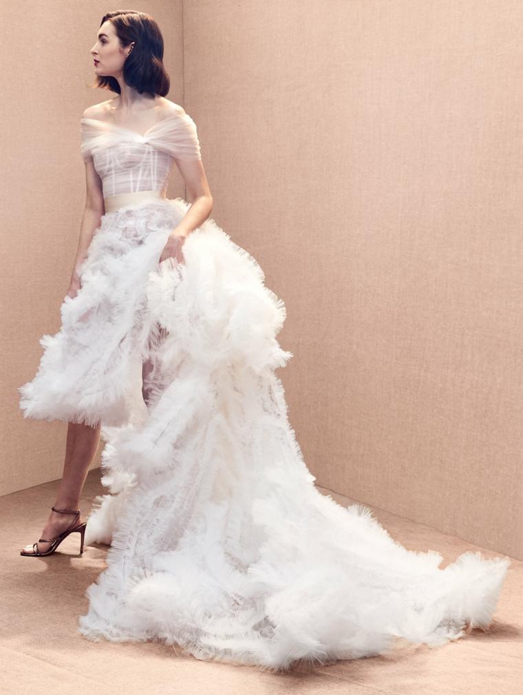 Strascico in tulle, abito con donna a ruota, abiti da sposa corti, capelli taglio caschetto