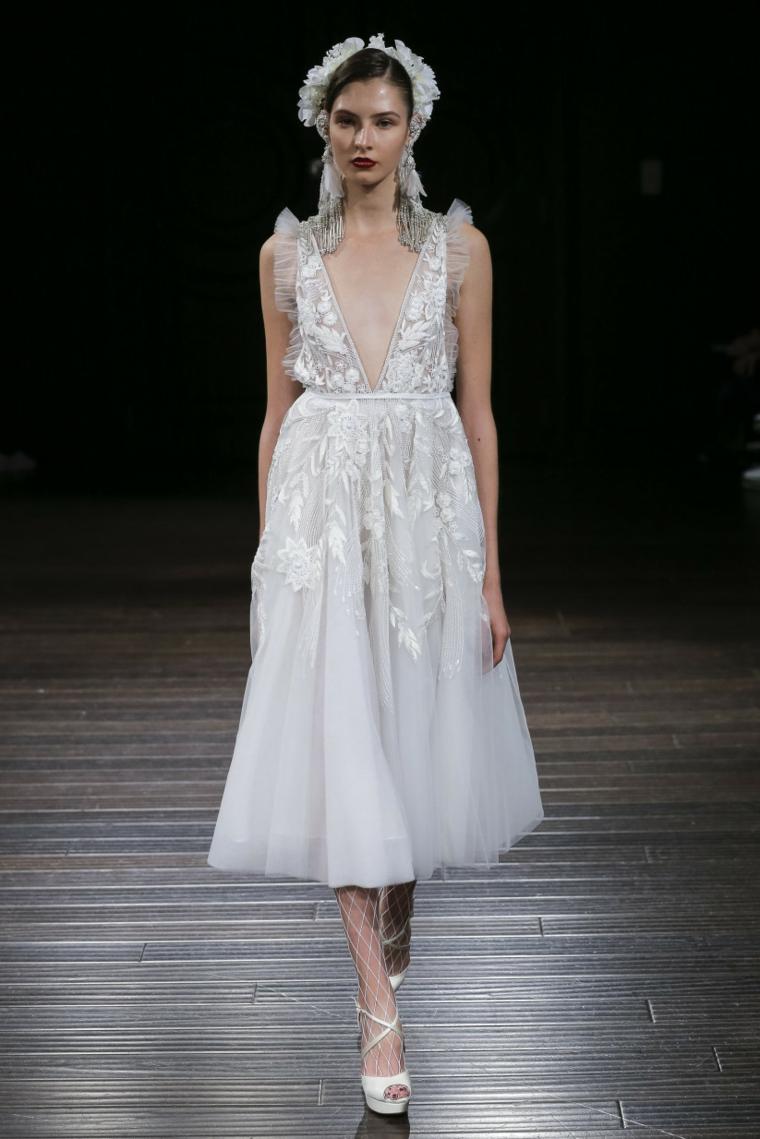 Abito da sposa in pizzo, vestito sposa con scollo, modella in passerella, abito in tulle