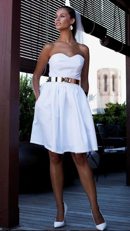 Abito sposa colore bianco, vestito con cintura, scollo forma s cuore, sposa con velo