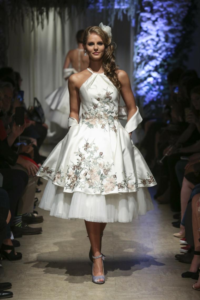 Vestito da sposa con ricami floreali, abito sposa con tulle, modella in passerella
