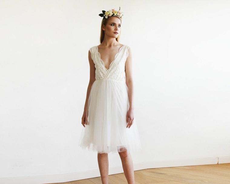 Modella con abito da sposa, cerchietto con fiori, abito da sposa con scollo a V