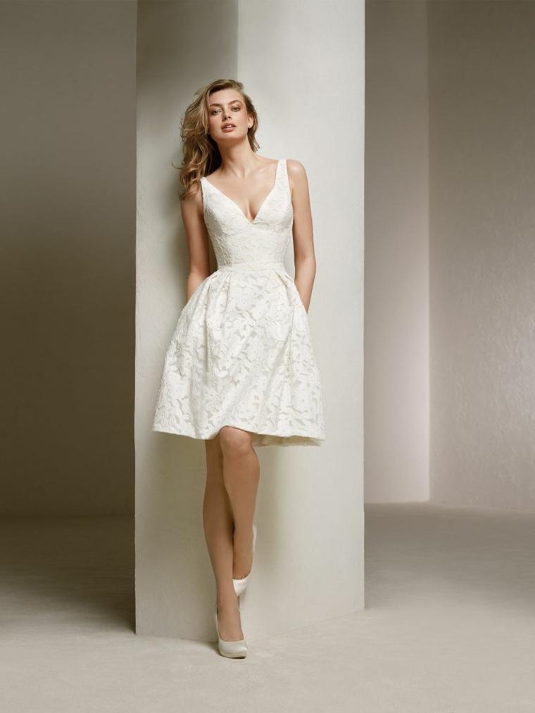Abitio sposa scollo V, vestito da sposa corto, acconciatura piega mossa, donna con capelli biondi
