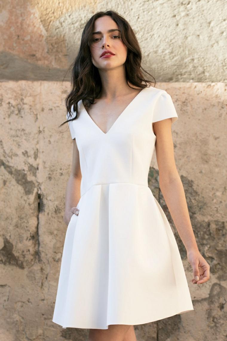 Abito da sposa bianco e corto, acconciatura capelli mossi, vestito corto semplice