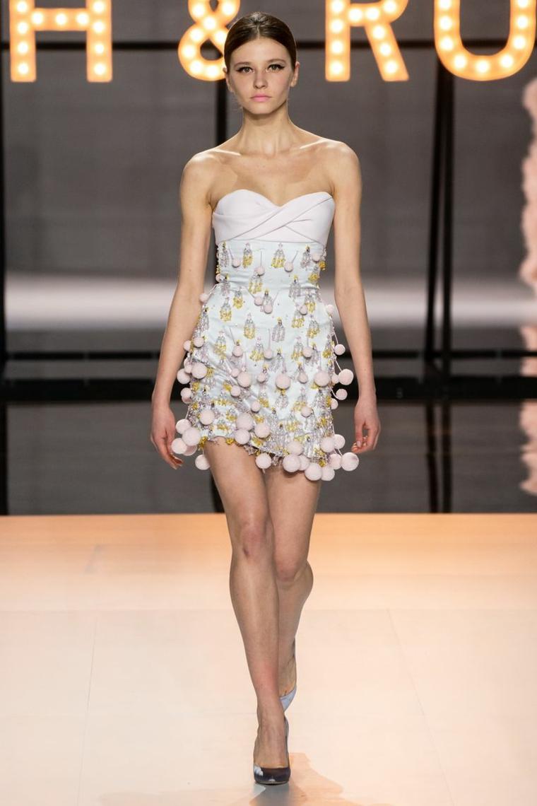 Abiti da sposa principeschi, abito con pom pom, scollo vestito a cuore, modella in passerella