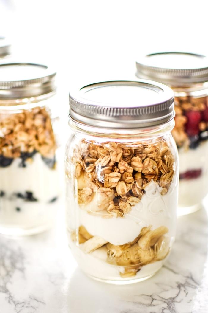 Barattolo di vetro, colazione con musli e yogurt, piano di lavoro cucina in marmo
