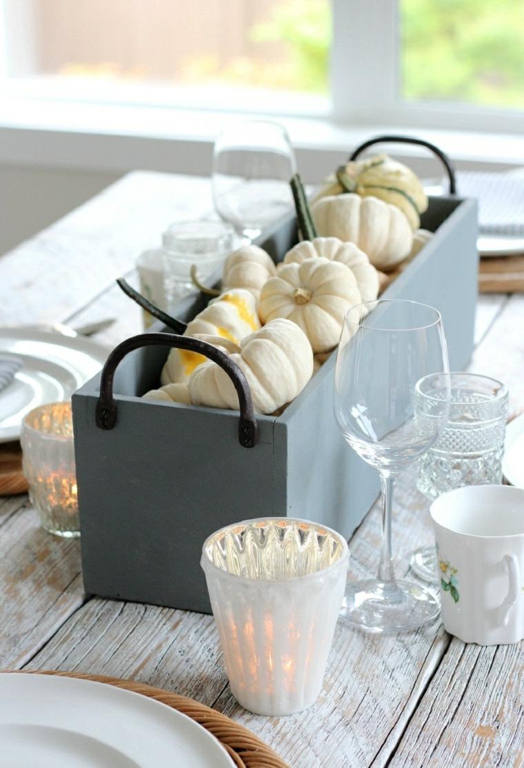 Tavola apparecchiata, cassetta di legno con zucche, lavoretti autunno, centrotavola con zucche