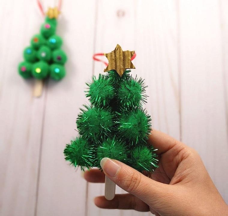 Albero di Natale stilizzato, alberello con bastoncino di legno, stella in cima all'albero
