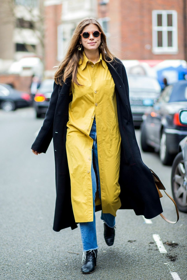 Camicia gialla lunga, donna con jeans a vita alta, cappotto nero da donna