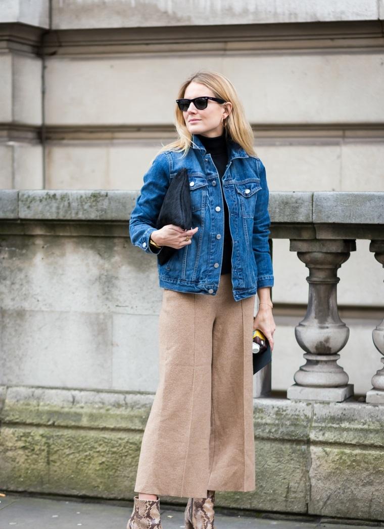 Moda autunno inverno 2019, pantaloni jogging grigi, giacca di jeans, capelli biondi media lunghezza