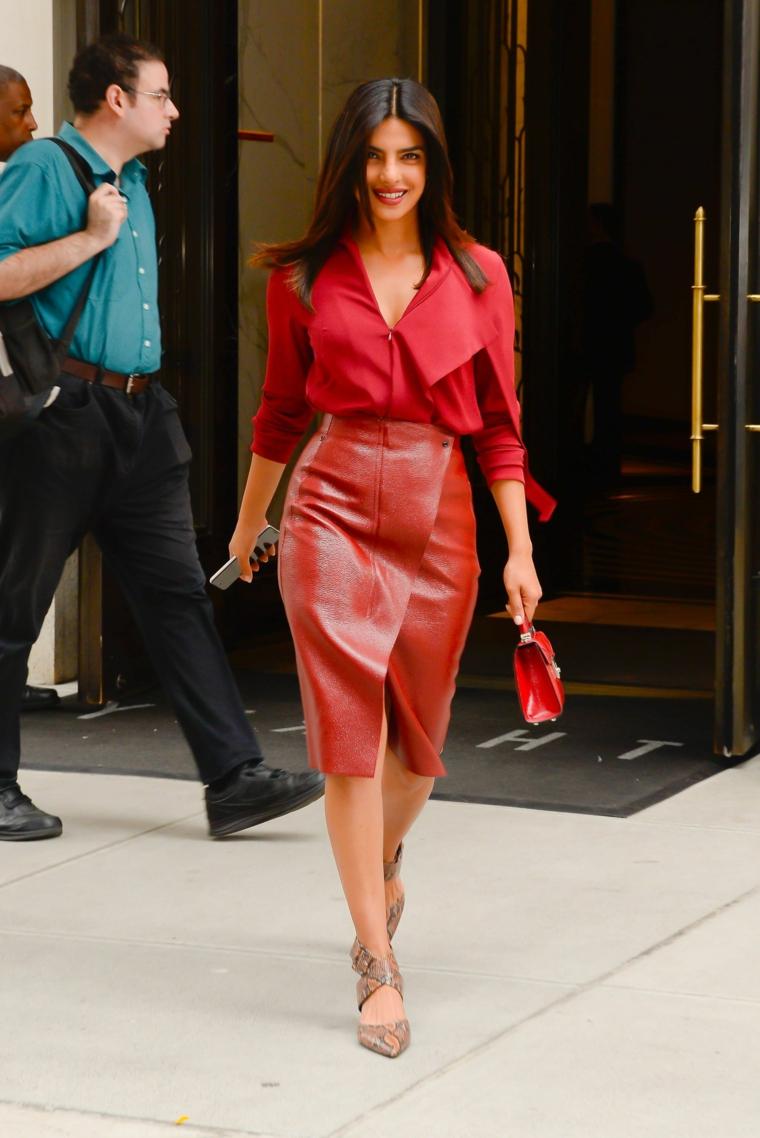 Tacchi sandali print serpente, gonna pelle rossa, camicia con scollo colore rosso