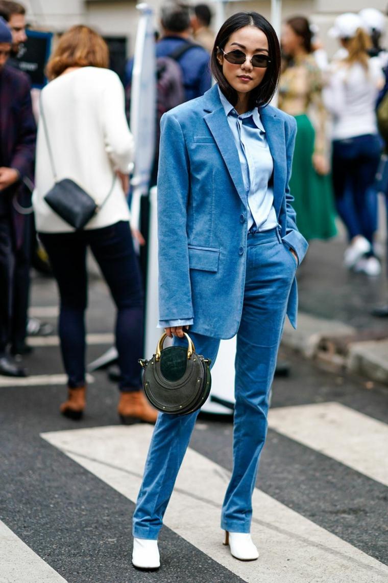 Giacca e pantalone di velluto, camicia di colore azzurro, donna con capelli lisci