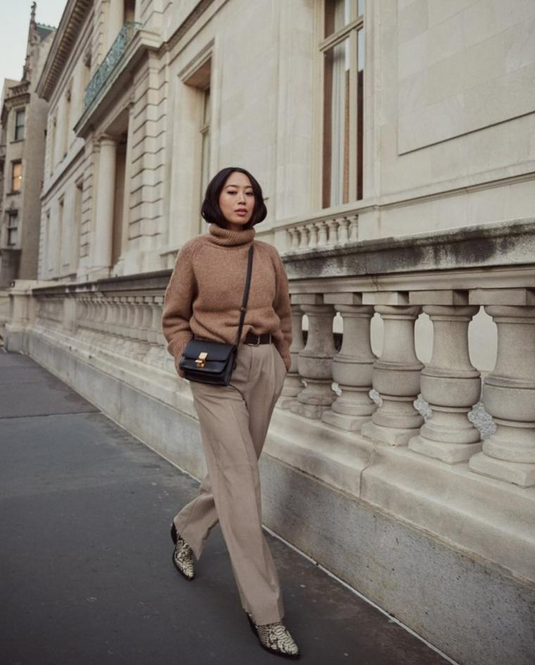 Outfit inverno 2019, donna che cammina per strada, pantalone largo colore grigio, borsa nera tracolla