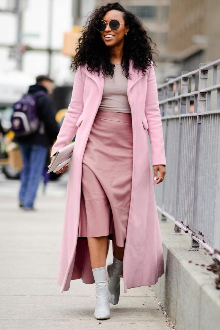 Giacca lunga rosa, gonna a vita alta, sfilate autunno inverno 2019, donna che cammina