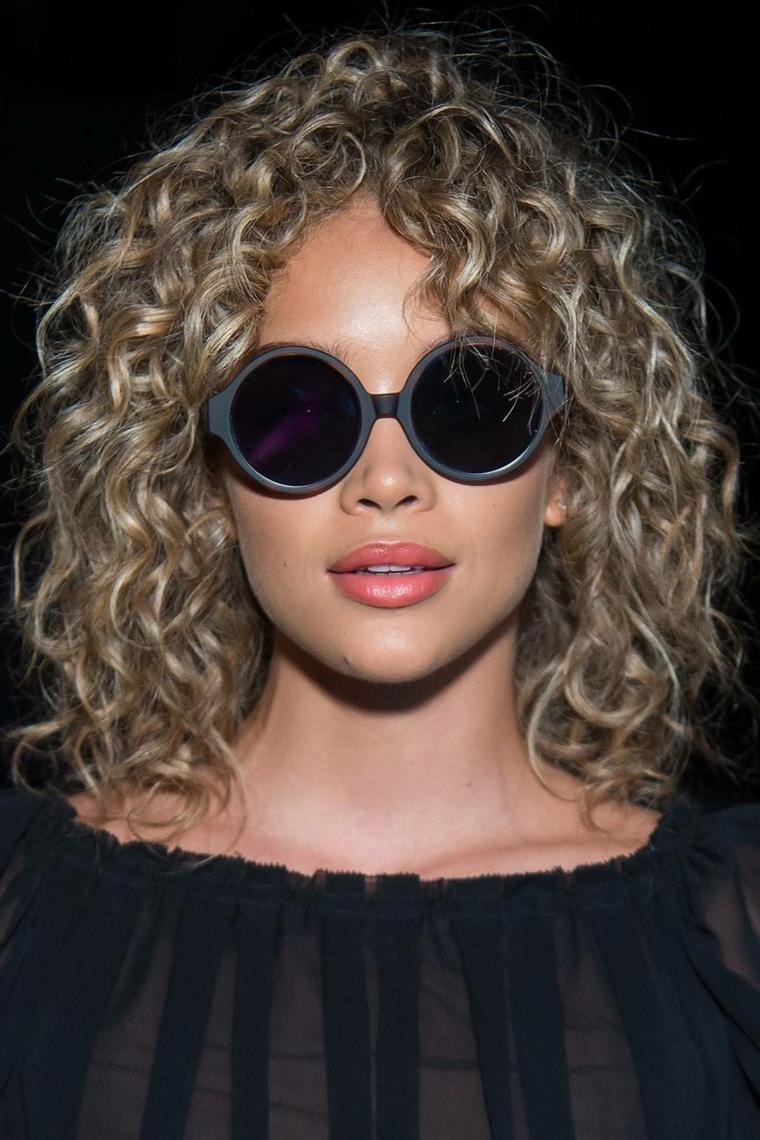 Come tagliare i capelli ricci, ragazza con occhiali da sole, pettinatura con frangia, occhiali da sole rotondi