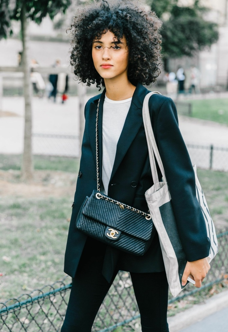 Borsa tracolla Chanel, capelli riccioli voluminosi, acconciatura con frangia, taglio corto capelli ricci
