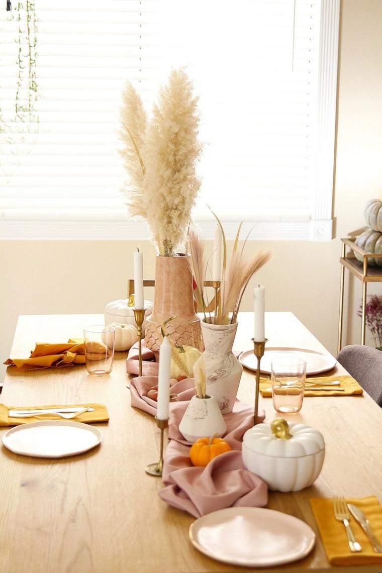 Composizioni autunnali, tavola apparecchiata, vasi con grano finto, zuppiera forma di zucca