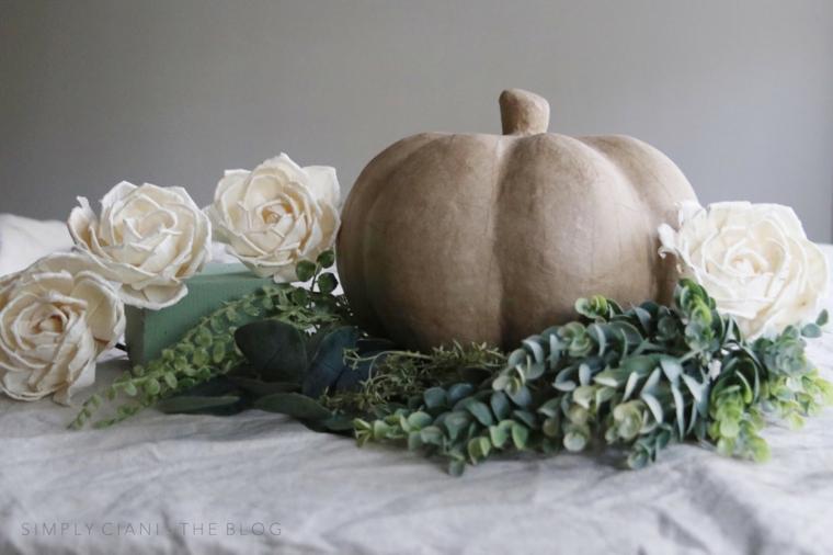 Centrotavola autunnale, zucca marrone finta, fiore e rametti, addobbi finti autunno