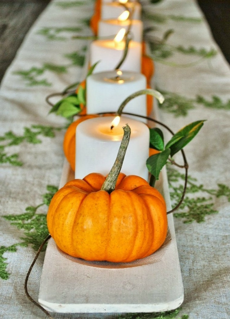 Centrotavola autunnale, candele tonde bianche, mini zucche finte, filo di ferro