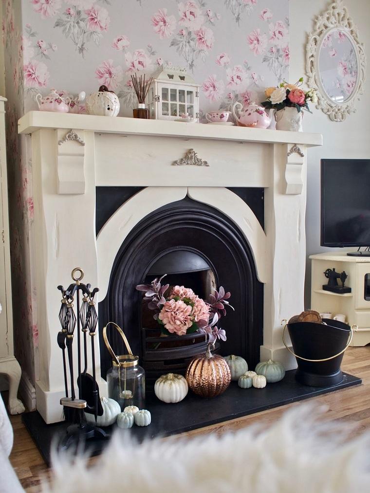 Camino decorato con zucche, soggiorno con camino, allestimenti Halloween, zucche dipinte