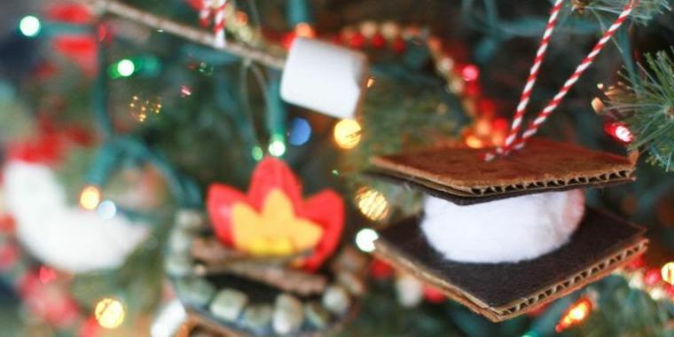 Addobbi natalizi fai da te, albero di Natale con addobbi, cartoncini con pom pom