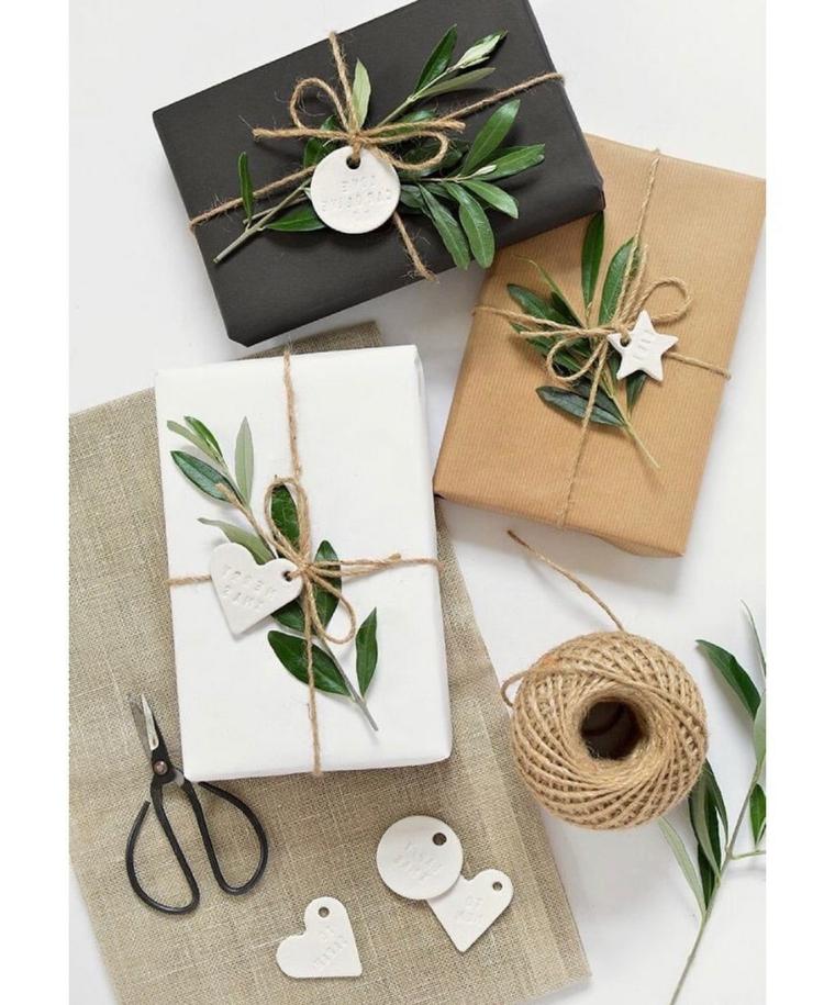 Pacchi regalo incartati, decorazioni regali con bigliettini, rotolo con filo di canapa