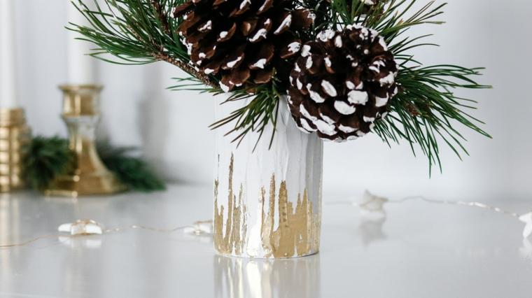 Composizioni natalizie, vaso di barattolo di latta, vaso con rametti e pigne