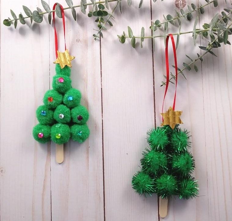 Alberi di Natale originali, lavoretti con bastoncini di legno, rametti con foglie verdi