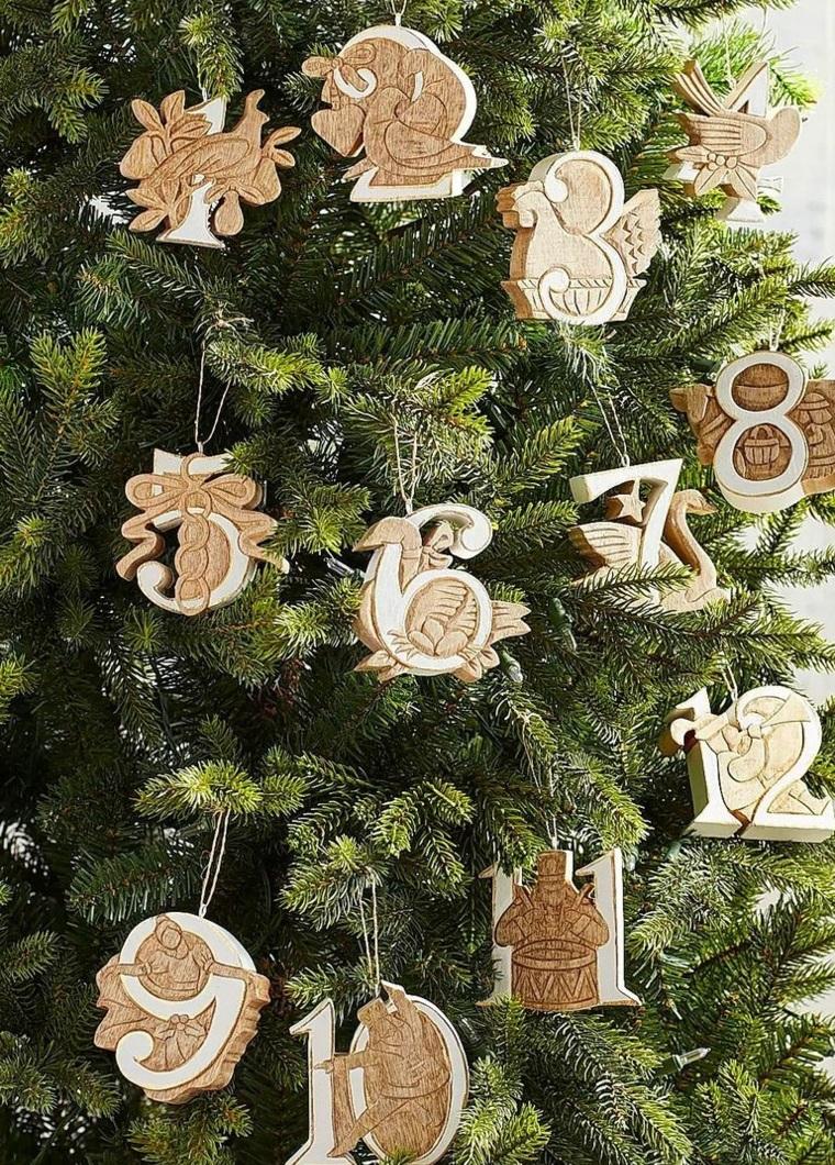 Albero di Natale stilizzato, albero con decorazioni di legno, numeri di legno